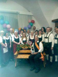 Marchtrenker Volkstanzgruppe gratuliert Traxler Rudi zum 80iger