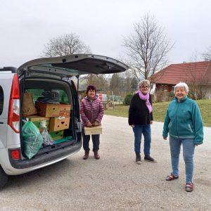 Goldhauben Marchtrenk/Holzhausen übergeben Sachspenden an Frau Maria Thallinger in Rührndorf